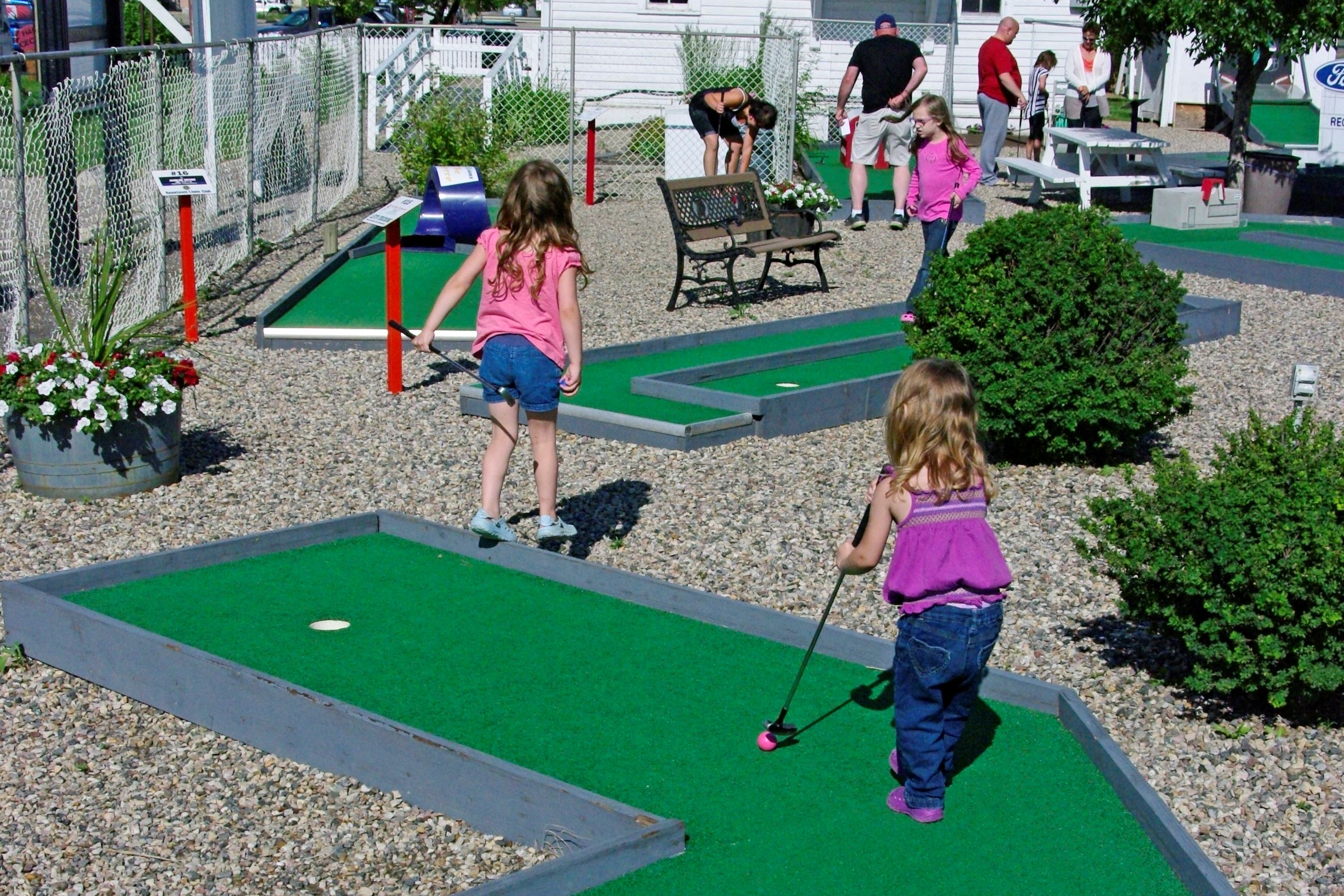 Image of kids playing mini golf